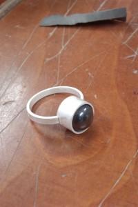 Zilveren ring, ongepolijst, steen zit nog los.